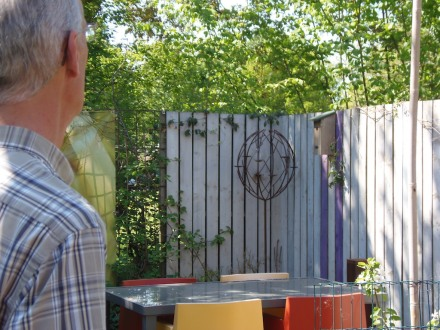 Wezenkast aan de schutting in de tuin